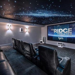 Ispirazione per un grande home theatre design chiuso con moquette, schermo di proiezione, pavimento grigio e pareti grigie