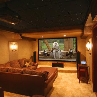 Esempio di un home theatre chic chiuso con moquette e schermo di proiezione
