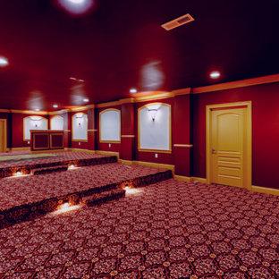 Réalisation d'une très grand salle de cinéma tradition fermée avec un mur rouge, moquette, un écran de projection et un sol rouge.
