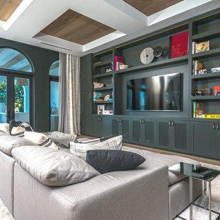 Geräumiges, Offenes Modernes Heimkino mit grüner Wandfarbe, braunem Holzboden, Multimediawand und braunem Boden in Miami
