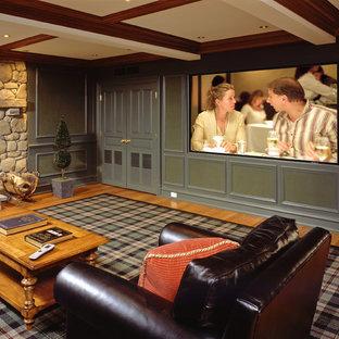 Großes, Abgetrenntes Klassisches Heimkino mit grüner Wandfarbe, braunem Holzboden, Leinwand und braunem Boden in New York