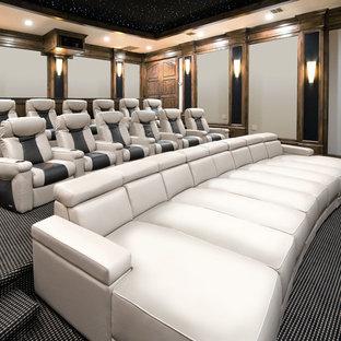 Exempel på ett mycket stort klassiskt avskild hemmabio, med heltäckningsmatta, projektorduk, flerfärgat golv och grå väggar