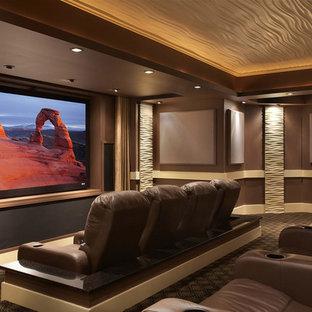 Esempio di un grande home theatre american style chiuso con pareti marroni, moquette, schermo di proiezione e pavimento marrone