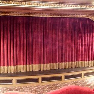 Idées déco pour une grande salle de cinéma victorienne fermée avec un mur multicolore et moquette.