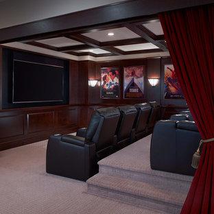 Exemple d'une salle de cinéma chic ouverte avec un mur marron, moquette, un téléviseur encastré et un sol gris.