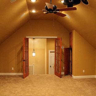 Esempio di un grande home theatre classico chiuso con pareti beige, moquette e schermo di proiezione