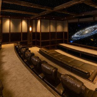Idee per un ampio home theatre chic chiuso con pareti beige, moquette e schermo di proiezione