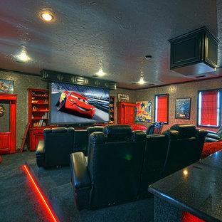 Esempio di un grande home theatre chic chiuso con pareti grigie, moquette, schermo di proiezione e pavimento blu