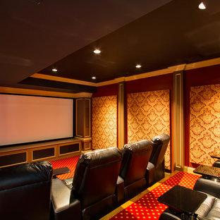 Стильный дизайн: изолированный домашний кинотеатр среднего размера в классическом стиле с красными стенами, ковровым покрытием, проектором и красным полом - последний тренд