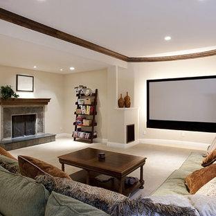 Idee per un grande home theatre classico chiuso con schermo di proiezione