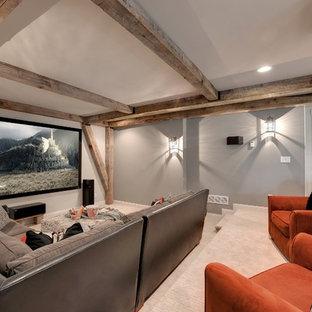 Idee per un grande home theatre classico aperto con pareti grigie, moquette e schermo di proiezione