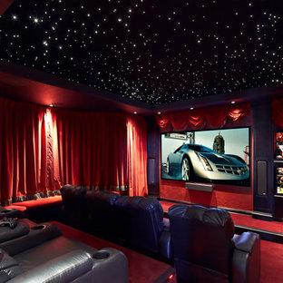 Esempio di un grande home theatre mediterraneo chiuso con pareti rosse, moquette, pavimento rosso e schermo di proiezione