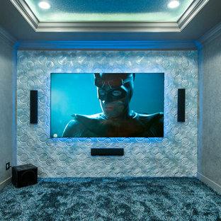 Kleines, Abgetrenntes Modernes Heimkino mit grauer Wandfarbe, Teppichboden und Wand-TV in Tampa