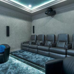 Ispirazione per un piccolo home theatre design chiuso con pareti grigie, moquette e TV a parete