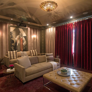 Großes Shabby-Chic-Style Heimkino mit rosa Wandfarbe, Teppichboden und rotem Boden in Los Angeles
