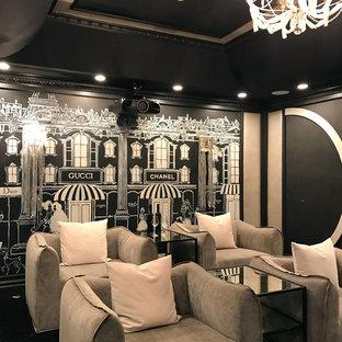 Mittelgroßes Shabby-Look Heimkino mit schwarzer Wandfarbe, Teppichboden und schwarzem Boden in Los Angeles