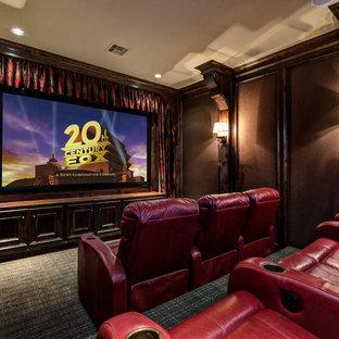 Inspiration pour une salle de cinéma victorienne de taille moyenne et fermée avec moquette, un téléviseur fixé au mur, un sol gris et un mur marron.