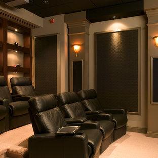 Esempio di un grande home theatre chic chiuso con pareti viola, moquette, schermo di proiezione e pavimento beige