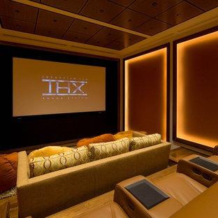 Esempio di un piccolo home theatre chic chiuso con pareti multicolore, pavimento in legno massello medio e schermo di proiezione