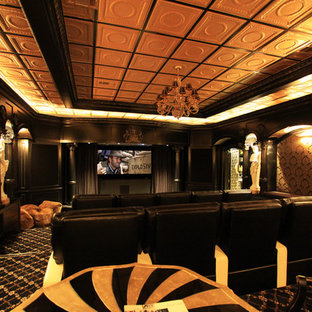 Cette photo montre une très grande salle de cinéma victorienne fermée avec un mur multicolore, moquette, un sol multicolore et un téléviseur fixé au mur.