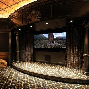 Inspiration pour une très grande salle de cinéma victorienne fermée avec un mur multicolore, moquette, un téléviseur fixé au mur et un sol multicolore.