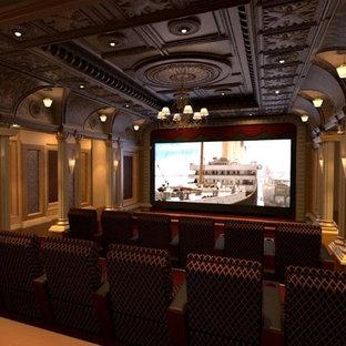 Réalisation d'une grande salle de cinéma victorienne fermée avec un mur beige et un téléviseur fixé au mur.