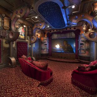Foto på ett stort industriellt avskild hemmabio, med heltäckningsmatta, projektorduk och flerfärgat golv