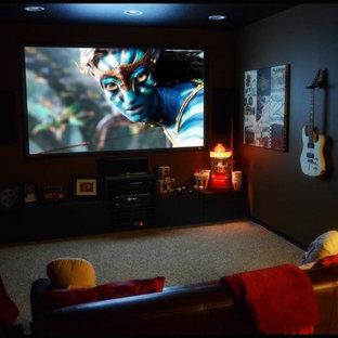 Ejemplo de cine en casa cerrado, minimalista, de tamaño medio, con paredes negras, moqueta y televisor colgado en la pared