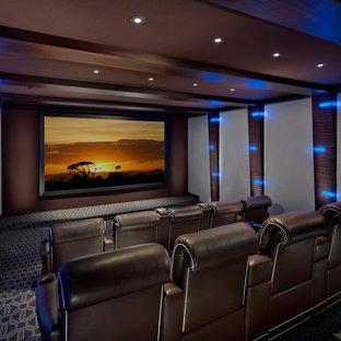 Idee per un home theatre classico di medie dimensioni e chiuso con pareti marroni, moquette, schermo di proiezione e pavimento multicolore
