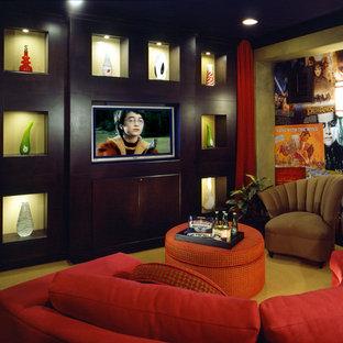 Idee per un home theatre contemporaneo di medie dimensioni e chiuso con pareti verdi, moquette, parete attrezzata e pavimento verde