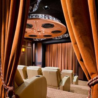 На фото: домашний кинотеатр в современном стиле с разноцветным полом с