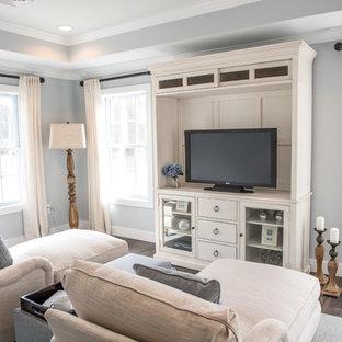 Klassisches Heimkino mit grauer Wandfarbe, dunklem Holzboden und braunem Boden in New York
