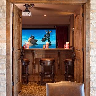 Großes, Abgetrenntes Rustikales Heimkino mit brauner Wandfarbe, Teppichboden, Leinwand und buntem Boden in Chicago
