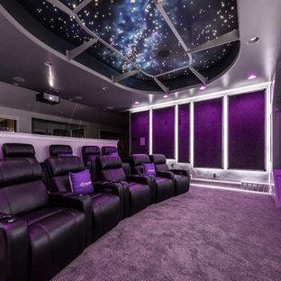 Imagen de cine en casa abierto, tradicional renovado, grande, con paredes grises, moqueta, pantalla de proyección y suelo gris
