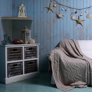 Ispirazione per un grande home theatre stile rurale aperto con pareti blu, pavimento in legno verniciato e pavimento blu