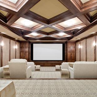 Großes, Abgetrenntes Klassisches Heimkino mit beiger Wandfarbe, Teppichboden und Leinwand in Atlanta