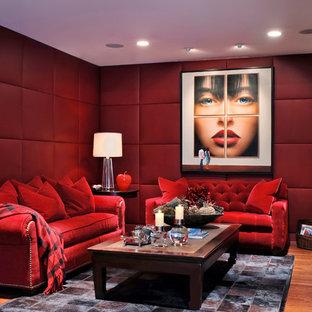 Foto de cine en casa cerrado, contemporáneo, con paredes rojas, suelo de madera en tonos medios y suelo marrón