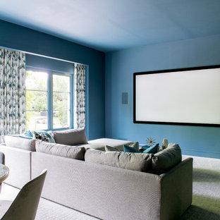 Geräumiges, Offenes Mediterranes Heimkino mit Teppichboden, Leinwand, grauem Boden und blauer Wandfarbe in Dallas