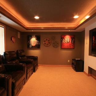 Mittelgroßes, Abgetrenntes Klassisches Heimkino mit grüner Wandfarbe, Teppichboden und Wand-TV in Minneapolis