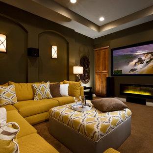 Esempio di un home theatre classico con pareti marroni, moquette, schermo di proiezione e pavimento marrone