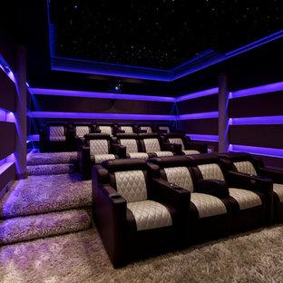 Foto de cine en casa cerrado, minimalista, de tamaño medio, con moqueta, suelo beige, paredes púrpuras y pared multimedia