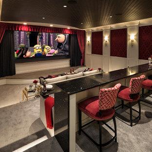Diseño de cine en casa cerrado, tradicional, extra grande, con paredes rojas, moqueta, pantalla de proyección y suelo gris