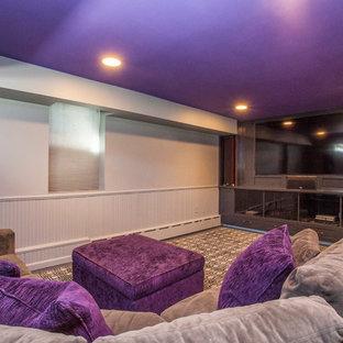 Immagine di un home theatre tradizionale di medie dimensioni e chiuso con pareti bianche, TV a parete e pavimento marrone