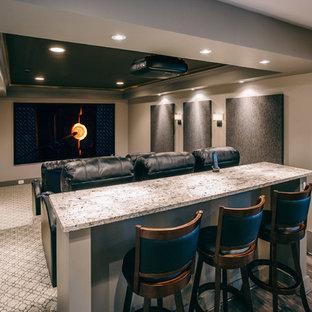 ワシントンD.C.の中くらいのモダンスタイルのおしゃれな独立型シアタールーム (グレーの壁、カーペット敷き、プロジェクタースクリーン、グレーの床) の写真
