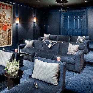 Foto di un grande home theatre tradizionale chiuso con pareti blu, moquette, schermo di proiezione e pavimento blu