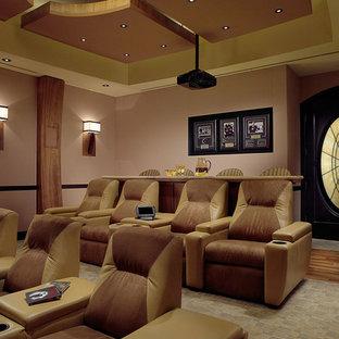 Foto di un grande home theatre mediterraneo chiuso con pareti beige, moquette e schermo di proiezione