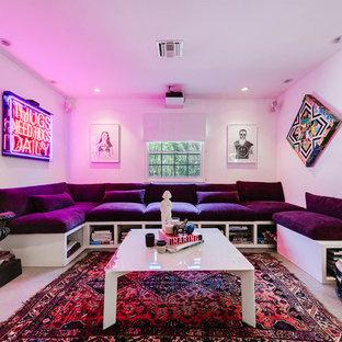 Idee per un home theatre eclettico chiuso e di medie dimensioni con pareti bianche, schermo di proiezione, pavimento grigio e pavimento in cemento