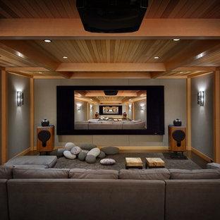 Immagine di un home theatre stile rurale chiuso con pareti grigie, moquette, pavimento grigio e schermo di proiezione