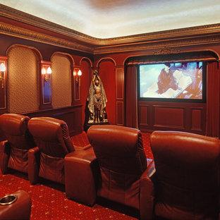 Exemple d'une grande salle de cinéma victorienne fermée avec un mur rouge, moquette, un sol rouge et un téléviseur encastré.