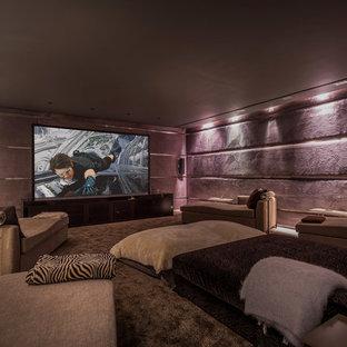 Imagen de cine en casa cerrado, actual, grande, con paredes púrpuras y pared multimedia